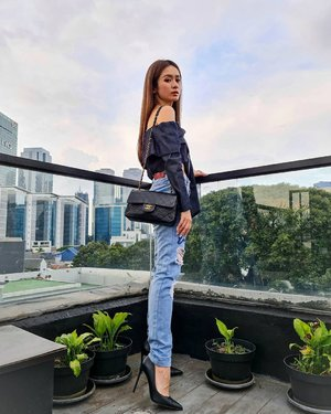 Morning.... Hoooo hari ini.. NGAMBANG!!  Top by LOVO c @michimomo  Jeans @stradivarius  Shoes @stevemadden_id   📍 @odinjkt   #stylefashion #styleinspiration #ootdstyle #ootdindokece #clozetteid #fashionstyle