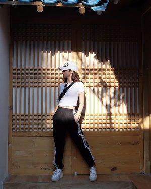Caption yang cocok apa yaaaa hemmm..... hemmmmm hemmm..... Oo i got it!  Aku olahraga sore dulu yak di Korea 😜😜😜 --> centil ama seh gw 😭😭 #ootd #ootdindo #outfitoftheday #instastyle #stylefashiondaily #fashionaddict #bloggerstyle #lookbook #lookbookindo #ootdmagazine #styleblogger #fashionpost #styleinspiration #dailystyle #clozetteid#ShoxSquad #outfitsociety #vsco  #셀스타그램 #팔로우 #오오티디 #패션 #데일리 #일상 #fashiongram #fashionvibes