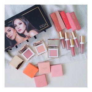 Welcome to my closet @esqacosmetics x @thelipstickmafiaaa x @paolatambunann  My favorite Lip Gloss with natural color and my new favorite blush on.  My favorite blush on color is BALI My favorite lip gloss color is DUBAI  #makeup #blushon #esqacosmetics #beauty #clozetteid