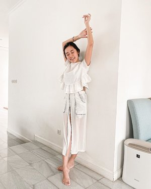 Swipe to see the BEHIND THE SCENES reality of taking an #ootd pic at home where a little rascal lives!  #mamadaily #clozetteid #momootd #quarantinebutfashion #allwhiteoutfit
