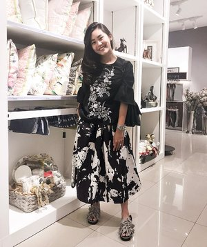 Black says I don't bother you and you don't bother me. Add white and it says I moo.  #clozetteid #ootd #stylediary #monochrome