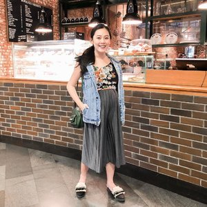 """Cause I'm a crepe. I'm a weirdough. What the hell am I doughing here? I doughnut belong here."" Radiobread #breadpuns #influencersalliance #clozetteid #ootd #ootdindo #wiwt #indonesianblogger #25weekspregnant #preggerslife #bloggerindonesia #stylediary"