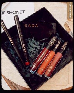 🧚� ONE BRAND MAKE UP TUTORIAL 🧚��♀�..Di video kali ini aku menggunakan rangkaian makeup dari @sadabycathysharon Product used :SADA Liquid Pen LinerSADA Ghanda Bronzer & HighlighterSADA Velvet Lip Colour ada 3 shade :- 01. Shima ( yg aku pakai )- 02. Nahra - 03. MirahProduknya blend-able banget, suka banget sama lipsticknya teksturnya velvet, ringan dibibir dan gak bikin kering, brownzer&highlighternya juga bagus warnanya cocok untuk warm to yellow undertone. Eyelinernya punya bentuk kuas kaya spidol jadi gampang banget pas diaplikasiin di kelopak mata, warnanya juga intens banget � Have you tried @sadabycathysharon ? Which one do you like? 🤎 @theshonet @sadabycathysharon #gorgeouspellbywindana #theshonet #sadabycathysharon #clozetteid