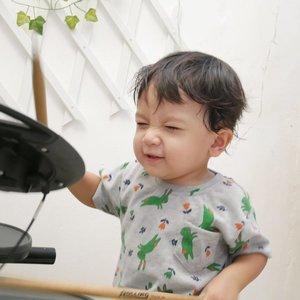 Kenapa anak kecil batrenya ga abis-abis yak? 😂 maunya mainnnn teruzzz padahal mamanya kan mau beresin rumah xel 🐣..#parentinglife #axel22monthsold #axelkhalilgibran #axelbabydiary #clozetteid