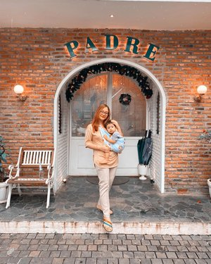 Find a cute cafe in Bogor during a short vacation. I didn't plan to go here, so I only wear shabby clothes and flip-flops, but this is what I am 🙂, I who don't use makeup, don't use contact lenses and fancy clothes. but I like this moment when I can gather with family without having to be fake 🧡...#gorgeouspellbywindana #clozetteid