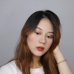 Lagi suka banget nonton film @laschicasdelcable , nonton film ini karena yg main si @yongonluna 😍 dan akhirnya aku jadi pengen re-create makeup look nya Alba walupun aku seperti serpihan 🤣, hihi what do you guys think? ☺️Make up deets : - 💋 @bioderma_indonesia sebium pore refiner- 💋 @mizzucosmetics glam rock aqua foundation (shade #01)- 💋 @thesaemid concealer #01- 💋 @lagirlindonesia pro conceal warna chestnut- 💋 @rcmamakeup no color powder- 💋 @revlonid eyebrow pencil (dark brown)- 💋 @absolutenewyork_id eyeshadow palette icon- 💋 @revlonid blush shade 004 wine not- 💋 @misslynid xxl volume mascara- 💋 liptick @dearmebeauty shade dear leya...#clozetteid #indovidgram #tampilcantik #bloggermafia
