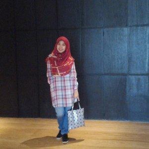 "Blur sih emang....efek yang ngambil foto ""in down mood"" 😅😅😅 #hijaboftheday #clozetteid #clozette #gayagie #ceritagie #bloggerstyle #bloggerlife #hijabblogger #lifeisnevaflat #lifestyleblogger"