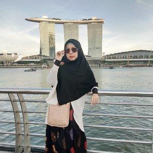 這世界 很微妙 越在乎想要 往往得不到。。。。。。。。。。。。。#clozetteid #weekendgateway #merlion #singapore #liburangie #jalanjalan #gayagie #perjalanangie #lifeisnevaflat #lovelife #lovedistance #lifestylebloggers #bloggerlyfe #hijabblogger #travel #travelinstyle #hijabtravellers #love #lyfe #distance
