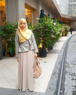 Cerah bukan berarti bahagia, kelabu bukan berarti sendu.  Semua bagaimana kita menikmati setiap warna dalam hidup kita. Selamat malam 😉 . . . #clozetteid #clozette #gayagie #ceritagie #sharinggie #hijabstyle #hijabblogger #lifeisnevaflat #lifestyleblogger #bloggerlife #officelife #throwback #modestwear #modestfashion #modest #indonesianblogger #mangobag #mng #modesty #girlinfashion #fashion #fashionista