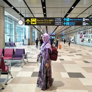 Airport Style Mamtir ✈️🎒http://bit.ly/2E5bo7s...Aman, nyaman, praktis, dan damai sentosa alias nggak kedinginan itu penting banget. Maklum ya mamtir pan gampang banget enterwind. Lagi pula mamtir kan gendong ransel kemana-mana wkwkwkwkk. Dress batik by @inggitgits#gayagie #lifestyleblogger #clozetteid #airportstyle #changit4 #changiairport #visitsingapore #jalanjalansingapuramurah #blogpostgie #hijabtraveller #hijabstyle #indonesianheritage #batiknusantara #modeststyle #airportmodesty