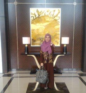 Jangan tanya kenapa ekspresi nya aneh, maklum aja minta potoin sama regional AM 😆 sambil nunggu jemputan boleh lah ya #hotd dulu. Kapan lagi kan dipotoin sama principal 😂😎 . . . #clozetteid #gayagie #hijaboftheday #teknolife #officelife #officestyle #modestwear #modestfashion #hijabblogger #bloggerstyle #batik #batiknusantara #indonesianheritage #indonesianbatik #lifestyleblogger