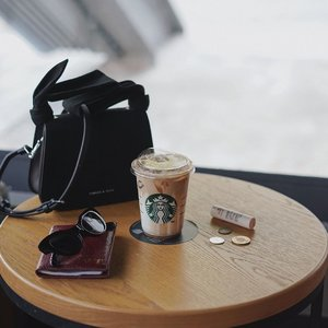 traveling essential in one frame 💫 ——a must have visit coffee shop @starbuckstw even in #taiwan 🖖🏽