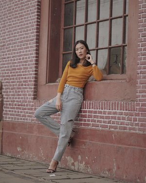 in the mood with new arrival denim collections by @desgiostore , designed to be functional yet comfortable to wear, the tricks to added casual point — just mix it with bright color sweater!💯 #desgiostyle __ anw thank you to @briangensu for this beautiful shot and recommend one of instagramable place at #kotatua 👏