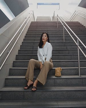 MRT still the best spot to do #ootd ✨  anw, happy independence day everyone! 🇲🇨 #merdeka —— top by @privileged.collection  #MMAZMCycle4