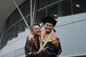 adik kembarku sayang kembar tapi beda 📷 : @arizonandy . #vsco #vscocam #graduation #family #sibling #brother #love #instagood #instadaily #indonesiaconventionexhibition #stan #sekolahtinggiakuntansinegara #photooftheday #potrait #bestmoment #clozette #clozetteid #bsd #jakarta #indonesia #tangerang