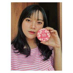 Hello Beauty Laper !!!! Ini dia BB AQUA FOUNDATION, produk baru dari @fanbocosmetics yang langsung bikin aku jatuh cinta mulai dari kemasannya yang warna-warni dan sangat cantik . Keunggulan dari BB AQUA FOUNDATION ini, yaitu : 1. Double brightening effect, Vitamin C & Sakura extract 2. High moisturizer 3. Non Comedogenic 4. Pore Minimizer 5. SPF 30 PA++ 6. Long lasting formula up to 8 hours . Ada 3 shade yang menurut aku sangat cocok untuk kulit Indonesia, yaitu : 1. Light 2. Medium 3. Beige . Aku pake shade 02.medium, dan aku banget sama produk ini, formulanya ringan, seperti air ketika diaplikasikan ke wajah, hasil makeup jadi flawless, walaupun tidak begitu coverage tapi cukup untuk menyamarikan pori-pori dan sangat cocok untuk penggunaan sehari-hari. . Pokoknya aku jatuh cinta pada pandangan pertama sama produk ini!!!! . Thank you @fanbocosmetics  x @itsbeautycommunity . #FanboBBAquafoundation #Fanbocosmetics #itsbeautycommunity #ibcxfanbocosmetics #clozette #clozetteambassador #clozetteid #beauty #influencer #beautyenthusiast #beautylaper #beautylover #beautybloggerindonesia #bloggerperempuan