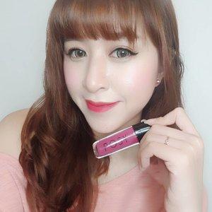 POSY Beauty merupakan lipstick matte lokal yang tidak membuat bibir kering karena mengandung Vitamin E. Punyaku adalah LUST yaitu warna ungu tua. Namun aku mengaplikasikannya menggunakan cotton bud agar tidak terlalu tebal, sehingga warnanya malah tampak kemerahan di bibirku.  Cek blogku untuk review lebih lanjutnya yaa http://www.angelkawai.com/2017/12/posy-lipstick-matte-lust.html  @posybeauty.id ❤  #beauty #beautyblogger #posybeauty #clozetteid #starclozetter #indonesianbeautyblogger #beautyblogger #blogger #lipstick #matte #purple #red #lips #boldlips #lipcream #lip