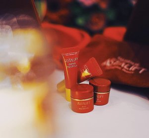 "Love the texture of this Jelly Aquarysta from @astalift_indonesia by Fujifilm 😍 this product has winning the ""Award-Winning Japanese Skincare Brand"" since it contains Astaxanthin and nano-Lycopene that can solve our ceramide, moist the skin, and rich of anti-oxidant. Another holygrail product goes to my wishlist for sure! #clozetteid #PhotogenicBeauty #Makeoverchallenge #AstaliftinSurabaya"