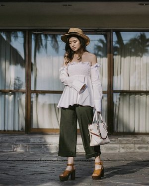 Oversized shirt, ruffles, and off shoulder all in one look, Paget ruffle top from @pomelofashion 💙💚 Pic credit to @katherinlakz 💪💪 #Pomelosquad #mypomelo #ootdindo #cgstreetstyle #ggrepstyle #looksootd #lookbookindonesia #clozetteid #LYKEambassador