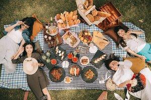 Having our Picnic Lunch by The Garden at @royalambarrukmo 😍😍 Piknik lunch ini bisa buat 2-15 orang, bisa request mamam menu Indo, Internasional sampe fusion mix. Cost at idr 200.000 nett/orang, kalian juga dapet akses buat renang di The Royal Swimming Pool meskipun nggak nginap di Royal Ambarrukmo, what a great deal right!!Dinnernya lebi murah lagi, only IDR 155,000 nett/orang kamu bisa Weekend All-You-Can-Eat Buffet BBQ Dinner, dan mereka bakal ganti tema kuliner secara berkala setiap 2 bulan, must tryyy rek must tryyy 👌👍.@RoyalAmbarrukmo#RoyalAmbarrukmo #TheAmbarrukmo #TheAmbarrukmoTrip #beautifulhotels #Yogyakarta #explorejogja #kulinerjogja #clozetteid