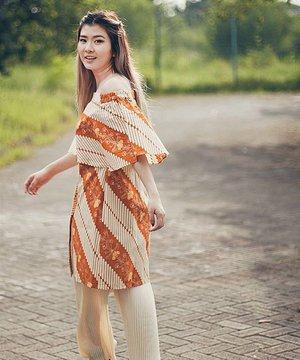 Against the sun in this @batikbutique.id tops 👱👚 Pic by @adrian.anwar  #iwearbatik #proudbatik #clozetteid #ggrep #ggreptrend #looksootd #batikindonesia #lookbookindonesia
