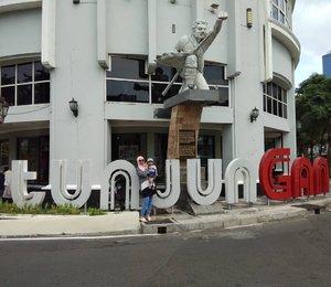 Can you spot us?..Ada banyak spot asyik buat di explore di Surabaya, meskipun karena itu, anak2 riwil kegerahan hahaha..#Surabaya#ExploreSurabaya #Tunjungan#TunjunganStreet#BloggerLife #MomBloggerSurabaya #SurabayaKeren#SurabayaCantik#ClozetteID