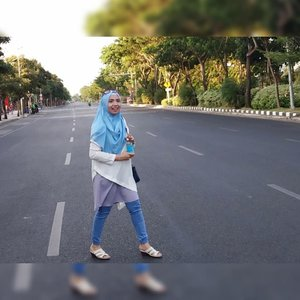 Kapan lagi coba... Bisa foto-foto di tengah jalan A. Yani Surabaya,  di hari Minggu sore yang cerah. 😂..Terimakasih bapak polisi,  yang udah baik banget mau nutupin jalan sebesar ini, hanya demi mamak penghamba konten ini bisa foto di tengah jalan. ..Oke baique..*plak**mamak halu 😂😂😂..Padahal yang terjadi adalah seperti di foto keduanya hahaha. ..#BloggerLife#BloggerSurabaya #MomBlogger#MomBloggerSurabaya#ExploreSurabaya#ClozetteID#JalanAYaniSurabaya