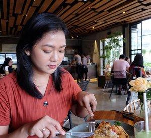 """#explorebandungMasih #dirumahaja belum boleh kemana - mana 😂. Sebel. Mendadak pengen kayak China. Udah bisa beraktifitas. Serba salah ya, banyak aktifitas pengen libur, giliran udah libur seneng, giliran liburnya diperpanjang eh bosen wkwkwkwkw.Kalau udah boleh keluar, aku mau kesini lagi ahhh. Salah satu kafe kekinian yg instagramable, suasananya nyaman dan makanannya enak. Suka. Diatas hotel yg terbuat dari susunan container dan dibawahnya cafe.Next slide, ini muka kalau suami udah mulai komplain, """"Foto mulu, ma. Aku kapan makannya. Aku laparrr"""". Huhahaha maaf ya pa.#hara #clozetter #ClozetteID #kulinerbandung #kuliner #harahotel"""