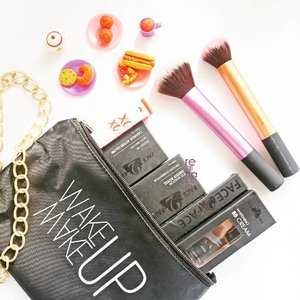 Ada makeup dari @f2f.cosmetics nih. Kira-kira aku mau buat makeup look kayak gimana ya? 😊 . . . #f2fxbsxbbbxjbbxsbbxbdgbb  #f2fcosmetics #beautyblogger #blogger #beautiesquad #makeuppouch #eyeshadow #clozetteid #makeup #bbcream #lipstick #black #indonesianblogger #beautyanthusiast #makeuptutorial #collaboration