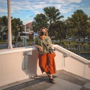 Lagi nyantuy di belakang mall. Ayo nak surabaya, mall apakah ini?  . Oh ya, mau bisikin juga aku lagi pakai top adem dari @namiku_id ✅ . .  .  . . . . #reginapitootd #Clozetteid #bigsizeindo #bigsizeindonesia  #curvystyle  #batak #bataknese #reginapitcom  #pemuda_batak  #plussizeindo  #plussizeindonesia #curvystyleideasid #indobigsize #ootdbigsizeid  #ootdbigsizeindonesia #sbybeautyblogger #missbbwindonesia #beautiesquad #exploresurabaya