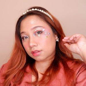 Versi foto muka dengan makeup look ala @kiaraleswara #kiarasbirthdaybash agak jauhan dikit. Seneng sih bikin makeup ini apalagi pemilihan warnanya. Cuma karena eyeshadow aku adanya warna ini, aku cari yang paling mirip aja. Sekalian juga swaroski ala - ala nya aga gede ya bun, nyesuain muka hehehe. ...... .#reginapittutorial#reginapitcom#bvlogger #bvloggerid #indobeauautygram#Clozetteid #bloggermafia #sbybeautyblogger #beautiesquad #indovidgram #indovlogger #batak #bataknese #beautybloggerindonesia #pinterestmakeup #fairymakeup #fairytalemakeup #makeupart