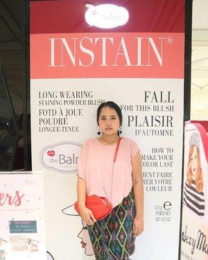 Hay, sore ini aku dan @balibeautyblogger diundang oleh @thebalmid untuk nyobain INSTAIN BLUSH. As you guys may know, INSTAIN blush ini sudah ada sejak lama,dulu kalau mau beli biasanya ikutan PO online shop,tapi sekarang sudah bisa kamu beli di counternya,apalagi buat kamu yang ada di Bali,bisa langsung ke theBalm store,tepatnya di dalam area SOGO Discovery Shopping Mall Kuta. . .  INSTAIN BLUSH terdiri dari 5 macam warna yaitu  Lace -Argyle - Houndstooth - PinStripe - Toile - Swiss Dot  Kelimanya memiliki packaging yang super cute, konsitensi dan tekstur produk yang sama,super pigmented, very long wearing,designed for all skin types,all seasons,membuat rona di wajah jadi lebih pop out gitu. .  Counter Price 400K . .  Pasti pada penasaran kan,gimana review versi aku dan juga swatchesnya, I will uploaded it soon on my blog. .  Ps : I will do two INSTAIN blush color swatches and also two lip meet matt (e) hughes.  #thebalm #BBBxTheBalmId  #BaliBeautyBlogger  #clozetteid  #InstainBlush