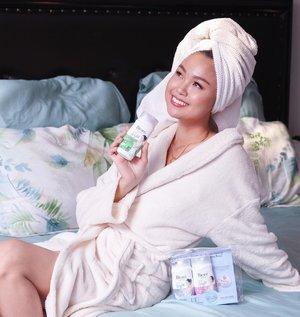 "Seger banget habis mandi menggunakan ""Biore Bight Series"" ini merupakan Micellar Bodywash (pertama di indonesia). Kandungan 𝐉𝐚𝐩𝐚𝐧 𝐁𝐫𝐢𝐠𝐡𝐭 𝐌𝐢𝐜𝐞𝐥𝐥𝐚𝐫 & 𝐇𝐲𝐥𝐚𝐥𝐮𝐫𝐨𝐧𝐢𝐜 𝐀𝐜𝐢𝐝 membersihkan kulit lebih mendalam,menjaga kelembaban sekaligus Mencerahkan. . Ada 3 Varian: - Freshen Up Matcha scent (wangi matcha segar). -Lovely Sakura scent (wangi sakura yg sweet & mempesona). -White Scrub (dengan Brightening Natural Scrub). . Setelah mandi terasa kulit jauh lebih bersih & cerah,tanpa ada rasa kering di kulit lho. Buat kalian yg penasaran,kalian harus Cobain. ❤️ Check story aku yah. .  @clozetteid @id.biore . #BiorexClozetteID #KireiBrightSkin #CerahKenyalBercahaya #ClozetteID #momlife #momsofinstagram #momblogger #mominfluencer #lifestyleblogger #beautybloggers #foodblogger #biore #instagood #instalove #instadaily #christinachandraareview #isy1_kids1"