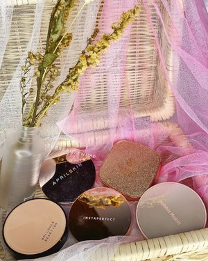 PINKY GLITTER⁣ And Anything ROSE-GOLD⁣ ⁣ Wih uangel e foto cushion April Skin sm Wardah, reflect soalnya packaging nya tu ⁣ ⁣ Baru sadar ini warna cushion super gemesh gurlyyyy gitu eeeaaa ☀️☀️☀️⁣ ⁣ ⁣ Ada favorite cushion mu gak di foto? ⁣ ⁣ ⁣ ⁣ ⁣ ⁣ ⁣ ⁣ ⁣ ⁣⁣ #beautygoersid #instamakeup  #makeuptutorial  #beautyenthusiast  #100daymakeupchallenge⁣ #makeupfeed #unleashyourinnerartist #creativemakeup  #makeuptutorial @setterspace @tampilcantik  @cchanel_beauty_id @tips_kecantikan  @popbela_com⁣  #makeuplooks #wakeupandmakeup #clozzeteid #sigmabrush #clozetteid #slave2beauty #wake2slay #eyeshadowtutorial  #amrezyshoutouts #undiscovered_muas #inssta_makeup #makeupaddict #featuremuas #morphebabe #beautyunderyourinfluencer