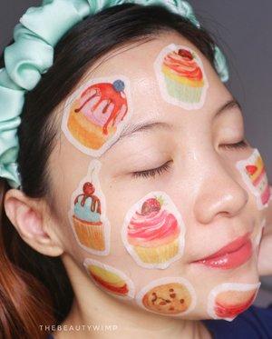 The face patch that represents moi ( read : gourmand gal)  Jadi ini sebenernya sheet mask , dari material nya ini sheet mask!! Tapi konsep nya mini atau patch gitu loh, jadi bisa kalian tempel di area2 wajah atau badan yg lagi kering atau needs soothing.   Tapi yg parah itu konsep nya yg Sweet Retreat, lucuuu poool ! Lemaaah deq.  Bentuknya ya cupcakes, macaroon, cakes ... yg liat sendiri dah bentukannya apa aja di muka ku 😂👏  Jadi si mini sheet mask ini soaked in Essence yg berupa clear liquid encer. And not to mention, super buanyaaak essence nya. Sampe rata bisa aku olesin dari badan sampe kaki 😂 Ingredients nya juga padet dgn hydrating agents dan Niacinamide nya jg cukup tinggi (diurutan ketiga). Ada parfume sih, tapi aku ga mencium apa-apa-.  Ternyata ini produk yg diformulasikan di Canada, bukan punya Koriya.  Nemu nya ya di Charis lah, dimana lagi yg suka jual produk2 indie underrated kayak gini.   http://hicharis.net/thebeautywimp/1rUF       #beautygoersid #instamakeup  #makeuptutorial  #beautyenthusiast  #100daymakeupchallenge #makeupfeed #unleashyourinnerartist #creativemakeup  #makeuptutorial @setterspace @tampilcantik @tiktokofficialindonesia @cchanel_beauty_id @tips_kecantikan  @popbela_com  #makeuplooks #wakeupandmakeup #clozzeteid #sigmabrush #clozetteid #slave2beauty #wake2slay  #amrezyshoutouts #tiktokindonesia #undiscovered_muas #inssta_makeup #berbagiskill #tiktokindonesia #tiktok #samasamadirumah 