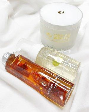 𝐒𝐨𝐥𝐯𝐞𝐝 𝐒𝐤𝐢𝐧𝐜𝐚𝐫𝐞Mungkin masih pada jarang denger ya, termasuk underrated brand dari Korea, tapi aku diperkenalkan oleh @beautyglowing karena kami memiliki jenis kulit yg sama -- cenderung dry. Thank you!@solvedskincare ini merupakan skincare 𝘊𝘰𝘤𝘰𝘯𝘶𝘵 𝘣𝘢𝘴𝘦𝘥 𝘱𝘳𝘰𝘥𝘶𝘤𝘵 & berkonsep 𝘊𝘭𝘦𝘢𝘯 𝘉𝘦𝘢𝘶𝘵𝘺. Apa itu? Ya wis pokoknya dia ini aman dan sensitive skin friendly. Karena 𝐁𝐄𝐁𝐀𝐒 : Fragrance, Colors, Parabens, Silicone, Sulphate, Alcohol, Mineral Oils & Essentials Oil. Cruelty free juga.▫️𝐂𝐨𝐜𝐨𝐧𝐮𝐭 𝐎𝐢𝐥 𝐂𝐥𝐞𝐚𝐧𝐬𝐢𝐧𝐠 𝐏𝐚𝐝𝐬 (𝐢𝐬𝐢 𝟒𝟎 𝐩𝐚𝐝𝐬)Kemasan memang agak bulky ya, jadi ini memang untuk ditaruh di rumah. Kalo untuk travelling ya taruh aja di ziplock cilik.Bahannya singkat pada jelas, cuma 3! Kapas nya ini fully packed with 100% virgin coconut oil. Dan super cuepet buat bersihin makeup tebel. Dibilas nya juga mudah kok.Aku pake pads ini kalo pas pake makeup yah, soale kl seharian dirumah sayang euy wkwk.▫️Coconut Water Cleansing FoamKemasan pump dan botol plastik transparan.Isinya encer tapi kalo kita pump, dia keluar nya berupa foam.Bahan awal langsung coconut water. PH nya 5.5 jadi ga bikin kulit kerasa ketarik. EWg Green Grade jadi aman sentosa untuk semua jenis kulit.Biasanya aku pake ini pas PM routine, atau pas pake makeup sebagai second cleanser setelah pake Pads nya. Bersihhh dan kulit masih lembab , gak garing.▫️Coconut Water HIBISCUS + ROSEHIP TONERKemasan botol plastik transparan biasa, kalian bisa liat itu ada petals kembang sepatu disono.Tekstur encer watery. Sekali lagi Bahan pertama langsung Coconut Water (75%) jadi dia gak pake Aqua. Langsung Butylene Glycol , Hibiscus Flower Extract (55,000ppm), Centella Asiatica dll. Semua bahan apik & nyenengin. Ga bertele-tele. Sering aku buat toner CSM, super lembab dan bikin kenyel.---Sesuai claim nya yaitu Clean Beauty, ya memang ingredients nya super aman menurutku. Buat kulit kering wuenaaak pooool. Entah ini mungkin kalo ada moisturizer nya makin syipppp.〰️Bisa kali beli di @beautyglowing ya komplit!