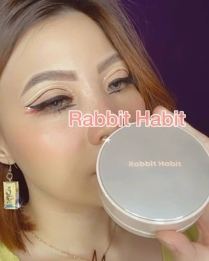 CRUELTY FREE!!⁣ ⁣ Jadi @rabbithabitofficial ini adalah brand lokal Indonesia yg di kembangkan di Korea.⁣ Yang masih bimbang beli atau gak, BELIK DAH!!⁣ ⁣ Anw, bagian mata memang susah disuru santay. Uda gak pake eyeshadow, tapi kok went overborad sama eyeliner 🙂 ya sudah Graphic Eyeliner jadinya.⁣ ⁣ 𝐏𝐫𝐨𝐝𝐮𝐜𝐭 𝐝𝐞𝐞𝐭𝐬:⁣ Moon Glow 2 in 1 shade Nomor 2⁣ Blushing Moon in Tickled Pink⁣ Velvetine Matte in Boston Brownstone⁣ ⁣ ⁣ ⁣Ultra Milk Earrings @vellproject ⁣ ⁣ ⁣ ⁣ ⁣ ⁣ ⁣ #beautygoersid #instamakeup  #makeuptutorial  #beautyenthusiast  #100daymakeupchallenge⁣ #makeupfeed #unleashyourinnerartist #creativemakeup  #makeuptutorial @setterspace @tampilcantik  @cchanel_beauty_id @tips_kecantikan  @popbela_com⁣  #makeuplooks #wakeupandmakeup #clozzeteid #sigmabrush #clozetteid #slave2beauty #wake2slay #eyeshadowtutorial  #amrezyshoutouts #undiscovered_muas #inssta_makeup #makeupaddict #featuremuas #morphebabe #beautyunderyourinfluencer
