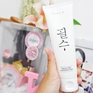 Beberapa minggu belakangan aku ganti facial wash pakai Vicle  Peelsu Cleansing Foam. Sabun cuci muka ini berwarna putih dan ada busanya, tapi gak terlalu banyak. Untuk PHnya sendiri 5-5,5. Nah, aku baru tau kalau Peelsu ini weak acid jadi gak terlalu banyak busanya dan bagus juga di kulit jadinya.  Habis cuci muka pakai Peelsu ini, wajah aku jadi kenyel elastis gitu, gak kering sama sekali dan ringan juga facial foam ini. Kulit aku terasa lembab juga. Sensasi pakai sabun cuci muka ini benar-benar lembut banget, nyaman di wajah juga.  Ingredients of Peelsu Pure Cleansing Foam contain :. . 🍋Lemon Peel Oil for regulates sebum production, enchances skin elasticity and improve skin luster. [That's why my skin will elastic after  washing my face😆] . . 🌼Matriacaria Extract builds up a water-holdiny barrier on the skin to avoid water loss  regulates sebum productoon and make skin to be clean. [The reason my skin doesn't feel dry after washing my face and feel clean and fresh😄] . . 🏵Lavender Oil helps recover elasticity and regenerate, has effect on skin moisturizing [The answer why my skin feel so moist😉] . . 💮 Calendula Extract carring dry and sensitive skin and help to protect skin mildly [Ok, actually I feel my skin so moist but little bit too hydrate. Now I know why, because this facial foam formulated for the dry skin type and I have oily skin type, but its works good on my skin😄😅] . . So that's my mini review about Peelsu Pure Cleansing Foam, hope its help you who seeking facial foam for dry and sensitive skin. AND if you wondering where to buy this Facial Foam, You can easily go to my Charis Account (link on bio) and buy Peelsu Pure Cleansing Foam😉  PEELSU PURE CLEANSING FOAM  https://hicharis.net/kartikaryani/dnt  #VICLECOSMETIC #PEELSU #PURECLEASINGFOAM #CHARIS #CHARISSTORE #charisAPP @charis_official. . . #clozetteid #beautygoersid #facialfoam #reviewfacialfoam #beautiesquad #beautybloggerid #bloggerperempuan #kbbvbeautypost #skincare #makeupenthusiast #beautybloggerindonesia #블로거 #얼짱 #뷰티블로거 #ブロガー#美容ブロガー #かわいい #hunnyeo #훈녀