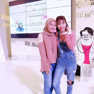 Finally met her in person @sunnydahye 🖤💖. Have been watching her vlog and video on her channel for years🎬. Finally at Grand Launching @cosrx_indonesia & @sociolla I got a chance to met her in her Beauty Talkshow🌻🙆‍♀️ it's nice to meet you Sunny Unnie😊 hope can meet you again next time😉. . #clozetteid #cosrx #cosrxindonesia #sociolla #cosrxlovesyourskin #cosrxgrandlaunching2018 #lifestyleblogger #lifestyle #travelblogger #travelling #beautytalkshow #koreanskincare #ulzzang #블로거 #얼짱  #라이프 #스타일 #블로거 #ライフスタイルブロガー #ブロガー #kawaii #かわいい #旅行 #旅行ブロガー#여행 #여행자 #여행스타그램 #hunnyeo #훈녀