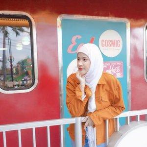 Nungguin antrean orang-orang masuk di gerbong kereta Hogwarts 😛 * hihihi📸 @jessicaalicias...#hijabstyle #hijab #vintage #hogwarts #retro #jeans #ootd #clozetteid
