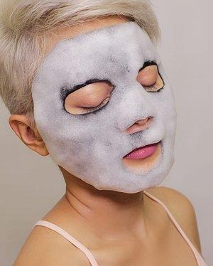 Mau ngercunin kalian ama Bubble Mask dari @celebon_korea nih.Sumpah kocak bgt nih sheet masknya. Jadi begitu dibuka dan kena udara, bubblesnya lgsg makin banyak. Ada rasa tinggling geli2 lucu dhe dengerin bubblesnya. FINAL RESULT:Kulit lebih halus dan terasa lbh firm. Juga lebih cerah. Jadi ga sabar pengen pake rutin nih. HARGA Rp 20.000- Rp 30.000Tersedia drugstore terdekat 🌟🌟🌟🌟 #reviewsheetmask#reviewmaskerkorea#reviewbubblemask#reviewskincare#koreanskincare#Setterspace#clozetteid#theshonet#lookbookindonesia#indobeautygram#indobeautychannel#beautychannelid#indobeautysquad#bunnyneedsmakeup#ladybossjkt#bvvlogger#jakartabeautyblogger#indobeautyblogger#ivgbeauty#channelbeautyindonesia#Tampilcantik#ragamkecantikan#nusantaramood
