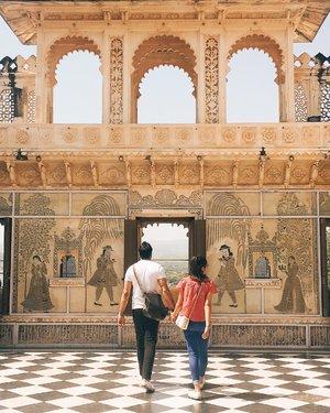 Jangan bersedih bila malam minggu ini kamu masih single wahai Netizen ☠️. . . Suatu siang di Udaipur nengok couple ini yang sepanjang menyusuri City Palace selalu berpegangan tangan 🤝. #couplesgoals #couplegoals  #udaipur #travelblogger #digitalnomad #like4like #likeforlike #likeforfollow #likeforfollows #travel #beautiful #travelbloggerindonesia #welovetravel #sheisnotlost #beautifuldestination #nomadgirls #glt #girlslovetravel #clozetteid #india #AstariAtUdaipur