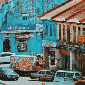 Bangunan - bangunan tua selalu menarik untuk diabadikan. Bagai saksi bisu kehidupan dahulu kala.  Kalau dulu bangunan tua terabaikan. Sekarang sudah banyak bangunan tua yang direnovasi dengan desain kekinian dan menjadi lokasi pemotretan. Tak jarang kafe kekinian dengan konsep tua selalu laku di pasaran. Apalagi kalau sudah dipromosikan dan masuk dunia perinstgraman. . . . #travel #vscocam #vsco#nomad#digitalnomad #girls#likeforlike#like4like #likeforfollow #like4follow #traveller #watg #wearetravelgirls #travelblogger #perak #visitperak#travelgram  #clozetteid #girlaroundworld #nomadgirls