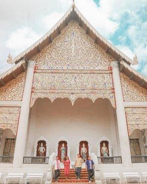 One of our favorite temples in #chiangmai #watchediluang 😍Aku pribadi sangat merekomendasikan Chiangmai ! Memang nggak serame Bangkok sih (yaialah). Night marketnya selalu bikin kangen.Nanti kalau corona udah kelar, mau balik lagi ke Chiangmai. Pengen mampir ke temple lainnya.Btw, sama kayak Bali nih, Chiangmai juga jadi pilihan digital nomad buat stay. Nyaman banget cooy! Aku aja yang hanya bobok di hostel murah, berasa nyaman banget 😅.#clozetteid