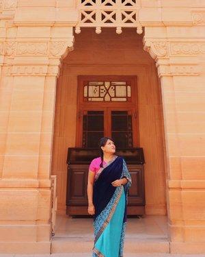 Jadi selama di India, kerjaanku keluar masuk istana, naik turun tangga, tawar menawar sama sopir oto, dan bobok cantik di sleeper train 🚂. . . Umaid Bhawan Palace namanya. Istana Kerajaan terakhir yang dibangun di India sebelum kemerdekaan. Didalam sini tuh ada istana, hotel dan museum. Tiket masuknya masih terjangkau lah cuma 100 Rupee atau sekitar IDR 23.000. Kalo mau hemat duit sih, foto didepannya aja 🤪. . . . #jodhpur #travelblogger #digitalnomad #like4like #likeforlike #likeforfollow #likeforfollows #travel #beautiful #beautifuldestination #nomadgirls #glt #girlslovetravel #clozetteid #india #AstariAtJodhpur