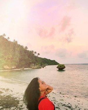Hai kamu yang disana 😅. Dibandingkan dengan kepergianmu, senja lebih mengerti bagaimana caranya berpamitan.Ia selalu pamit dengan cara yang manis 😍. . . . 📷 : @sharonlohh . .  #saumlaki #travelblogger #digitalnomad #like4like #likeforlike #likeforfollow #mermaid #floating #travel #maluku #yamdena #olilit #olilitlama #indonesia #beautiful #beautifuldestination #pictoftheday #wonderfulindonesia #pesonaindonesia #nomadgirls #glt #girlslovetravel #clozetteid