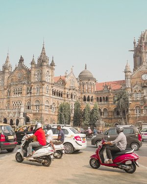 Chhatrapati Shivaji Maharaj Terminus yang ada di Mumbai ini stasiun kereta api paling epic yang pernah awak tengok di India.Gaya Gothic jadi kesan pertama pas nengoknya. Arsitektur Inggris terihat jelas di setiap details bangunan. Eh iya tempat ini juga masih berfungsi sebagai stasiun kereta api jarak jauh dan jarak pendek. Konon kalau kesini pas malam hari, tempat ini jadi makin cantik.#AstariDiMumbai#BahagiaBersamaAirAsia#clozetteid