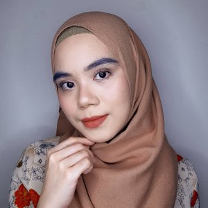 Hi beauties☀️  Udh ada rencana mau buka puasa bareng orang tersayang? Atau karena pandemi mau buka puasa bersama secara virtual aja nih?   Biar wajah terlihat fresh, boleh dicoba look satu ini. Aku pakai:  • @pixycosmetics make it glow primer, dewy cushion.  • @maybelline fashion brow cream pencil, push up drama mascara  • @esqacosmetics concealer shade vanilla, esqaxbcl single blush - still • @nacificcosmetics daily mood lip cream new colour - 221 warm caramel (akan launching tanggal 9 April)  Yuk bikin bukber makeup look versi kalian 💖  #makeuplook #makeupoftheday #kbeauty #beautygram  #beautyenthusiast  #beautyblogger  #clozette  #Clozetteid