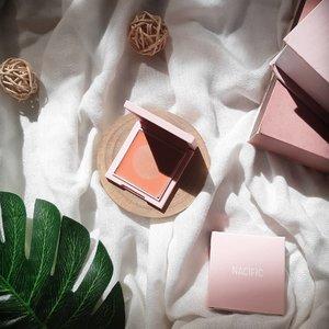Hello beauties🌺  Kali ini aku mau review beauty produk dari @nacificcosmetics yaitu Nacific Juicy Mood Blusher. Pecinta blush on mari merapaaat 🥰  Pasti udah pada banyak yang tau kan sama Nacific cosmetics? Yakin deh K-popers pasti tauu 😄 Nah, nacific cosmetics mengeluarkan blush on dalam 3 pilihan warna. 01. Berry Blossom, 02. Peach Candy, dan 03. Grapefruit Soda. Aku sendiri punya yang warna 02. Peach Candy.   Aku bahas packagingnya terlebih dahulu ya guys. Nuansanya bener2 nacific cosmetics banget, gemesiiin, warna pink baik packaging box maupun packaging blush on nya. Packaging blush on nya warna pink matte dengan tulisan nacific ditengahnya. Bener2 simpel tapi gemessiin.   Ukurannya mungil loh guys, yang bikin aku suka blush on ini mudah dibawa kemana2. Selain itu, multifungsi juga. Bisa dijadiin eyeshadow, blush on bahkan dipakai dibibir! Buat yang sibuk dan gamau ribet, ini bakal jadi barang yang wajib ada nih.   Teksturnya kalo nacific mengklaimnya powdery finish, but menurut aku ini agak ke creamy juga. Nah, aplikasinya cukup di tap2 pakai jari aja kalo aku. Gabakal bikin foundation geser kok. Hasilnya keliatan alami diwajah.   Warna 02. Peach Candy menurut aku cocok banget sama semua warna kulit. Setelah aku pakai benar2 bikin wajah terlihat fresh.   Nah, sekian review aku kali ini. Ada yang udah cobain blush on ini ga? Yuk share!   #NacificCosmeticsReview #NaciPick #clozette #Clozetteid #beauty #review #beautygram #beautyreview #instabeauty #koreanlook #koreanbeauty #kbeauty
