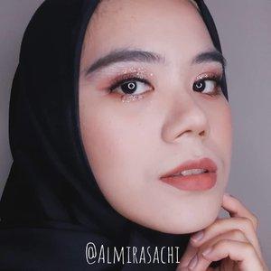 Finally~~~ ! Udah lama banget pengen bikin makeup ala2 mbak #irene #redvelvet di MV #psycho. Siapa yang udah coba?  Look nya nuansa glitter gaes, akhirnya bisa main2 sama glitter wkwk 😂 asik juga ya recreate makeup idol gini, next recreate makeupnya siapa nih?  #makeuplook #makeupideas #koreanmakeup #makeupoftheday #makeupkorea #beautygram #beautyaddict #beautybloggers #beautyvlogger #instabeauty #kpop #clozette #clozetteid #beauty